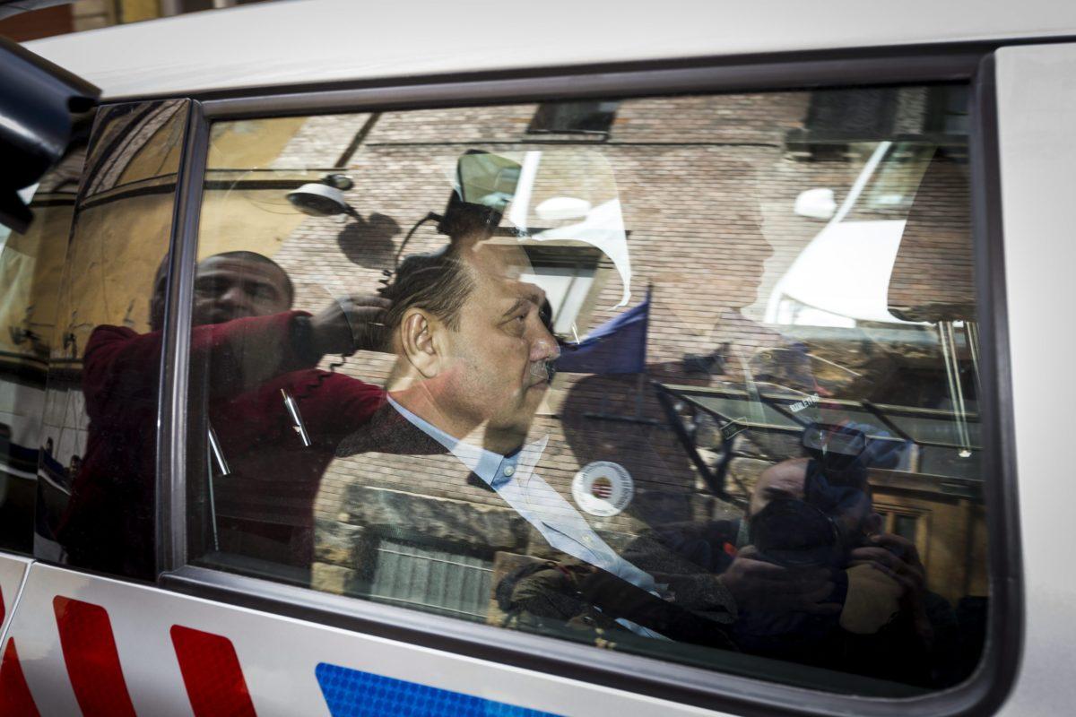 A Quaestor-cégcsoport elnök-vezérigazgatóját, Tarsoly Csabát szállítják el egy rendőrautóval a Fővárosi Főügyészség Fő utcai épületéből 2015. március 28-án.
