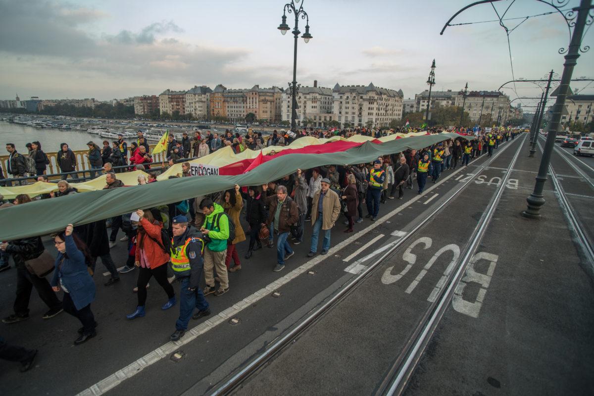 Résztvevők a Budapest blokádja, Erdogan látogatása ellen címmel meghirdetett demonstráción Budapesten, a Margit hídon 2019. november 7-én.