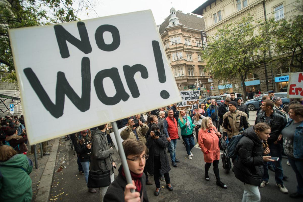 Résztvevők a Budapest blokádja, Erdogan látogatása ellen címmel meghirdetett demonstráción Budapesten, az Oktogonnál 2019. november 7-én.