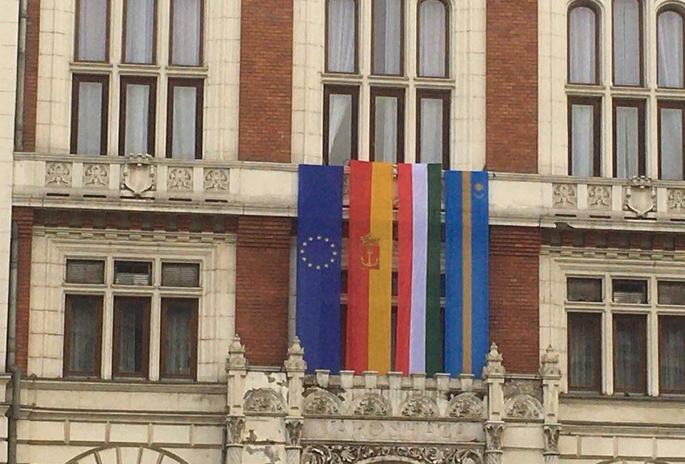 Facebookon hisztizik az újpesti fideszes, mert kikerült az EU-zászló a városházára