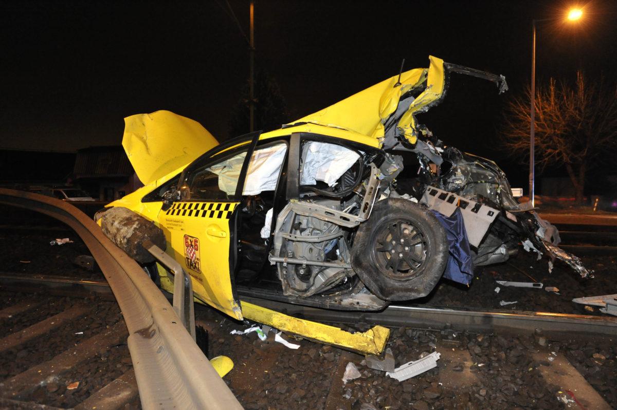 Összetört taxi a Vecsés-Kertekalja vasúti megállóhely közelében, miután vonattal ütközött 2019. november 10-én.