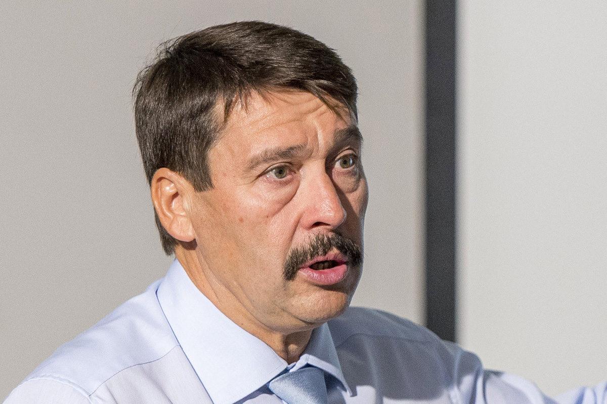 Áder János köztársasági elnök előadást tart a klímaváltozásról egykori iskolájában, a győri Révai Miklós Gimnáziumban 2019. december 7-én.