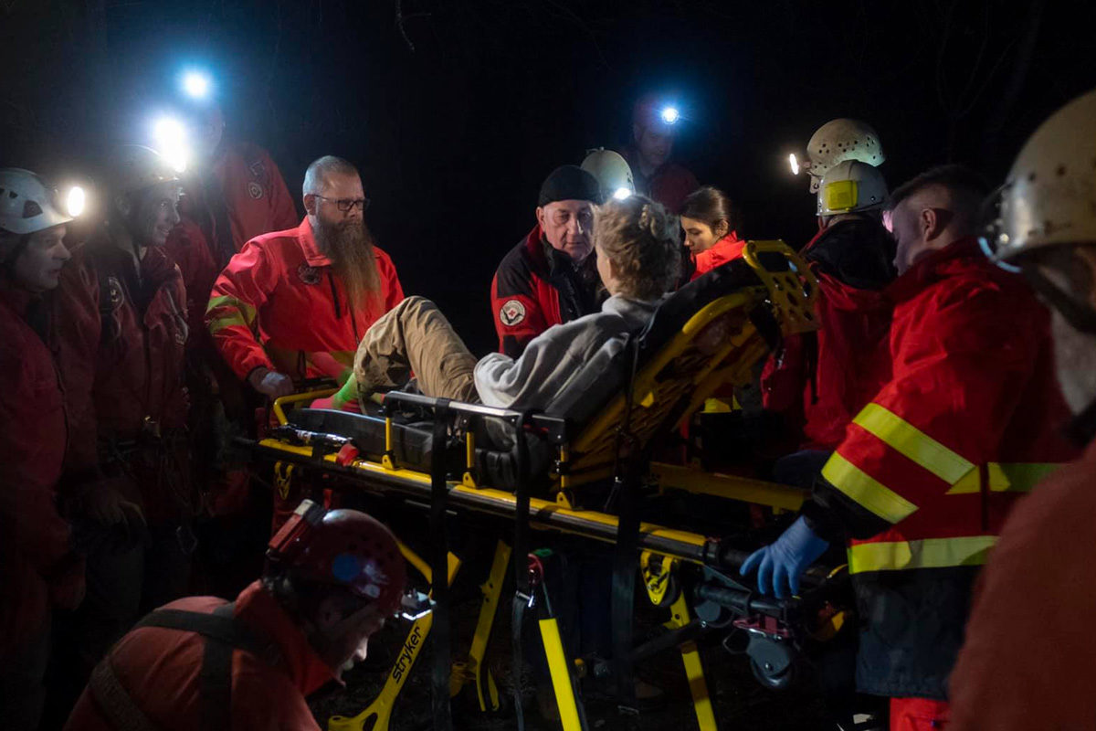 A sérült nő mentése a Mátyás-hegyi barlangban.
