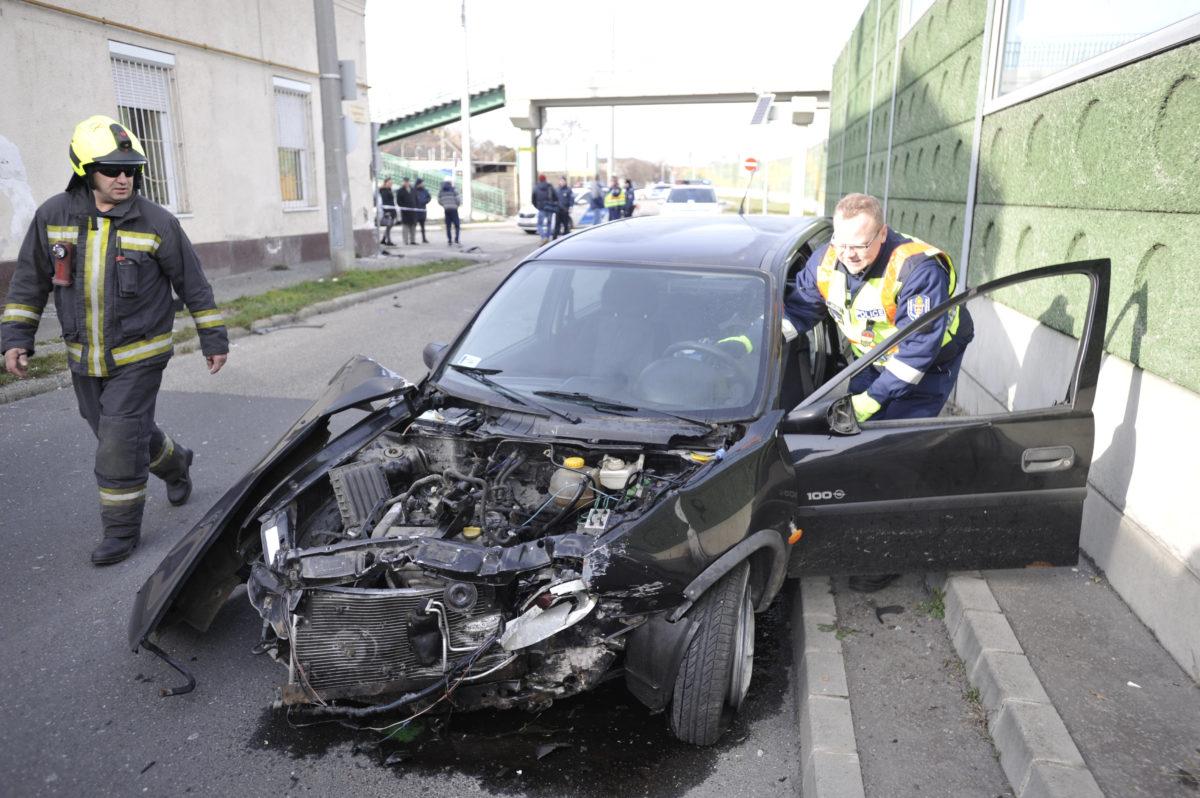 Ház falának csapódott egy autó Budapesten, a sofőr kizuhant
