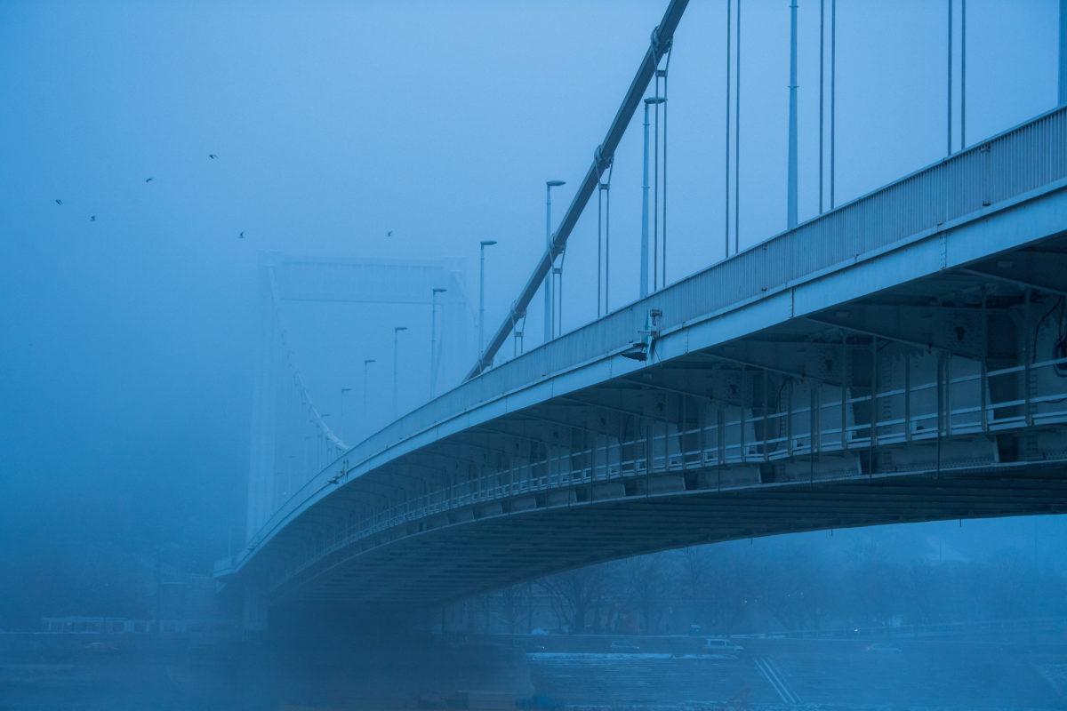 Az Erzsébet híd ködös időben 2019. december 4-én.