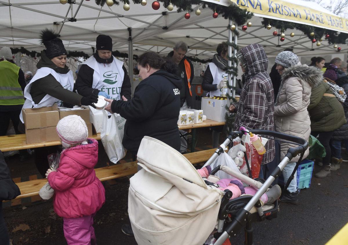 Élelmiszercsomag- és ebédosztás a Magyarországi Krisna-tudatú Hívők Közössége rendezésében a Népligetben 2019. december 25-én.