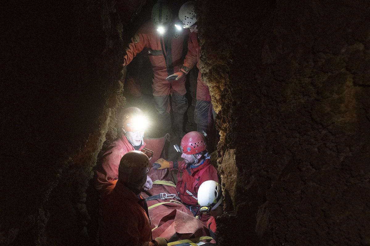 A Magyar Barlangi Mentőszolgálat (BMSZ) által közreadott képen egy súlyos balesetet szenvedett 35 éves férfit mentenek ki a mentőszolgálat szakemberei a Ferenc-hegyi-barlangból 2019. december 14-én este.