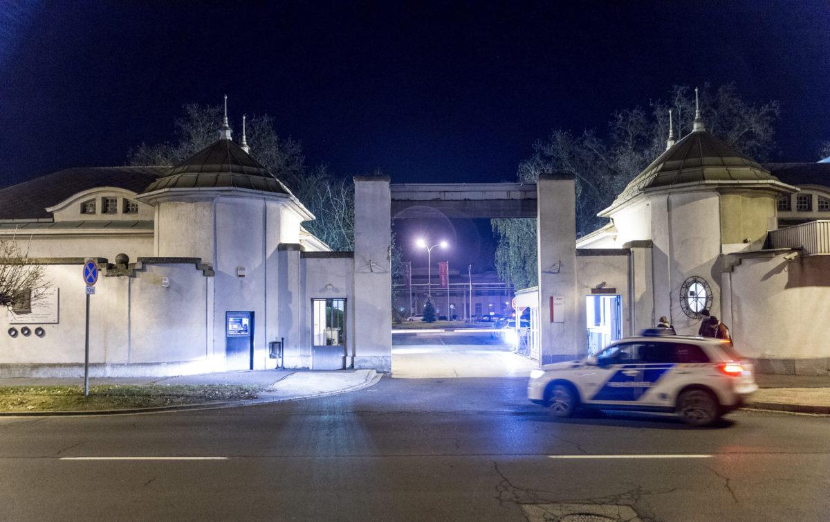 Rendőrautó 2019. december 15-én Győr egyik ipari telephelyén, ahol lakossági bejelentés alapján egy lakásban két gyermek, egy 13 éves lány és egy 10 éves fiú, valamint apjuk holttestét találták meg a rendőrök. A rendelkezésre álló adatok alapján a gyermekek halálát apjuk okozta, aki ezután öngyilkos lett.