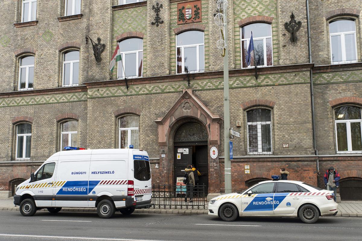 Rendőrautók a Győri Szakképzési Centrum Jedlik Ányos Gépipari és Informatikai Szakgimnáziuma, Szakközépiskolája és Kollégiuma előtt 2019. december 5-én, miután az iskolában késelés történt.