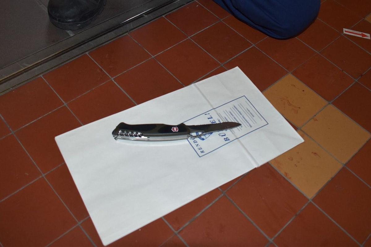 A 17 éves szurkáló kése a győri Jedlik Ányos Gépipari és Informatikai Szakgimnáziumban 2019. december 5-én.