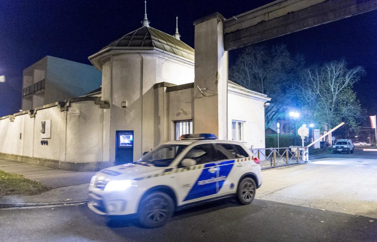 Rendőrautó 2019. december 15-én Győr egyik ipari telephelyén, ahol lakossági bejelentés alapján egy lakásban két gyermek, egy 13 éves lány és egy 10 éves fiú, valamint apjuk holttestét találták meg a rendőrök.