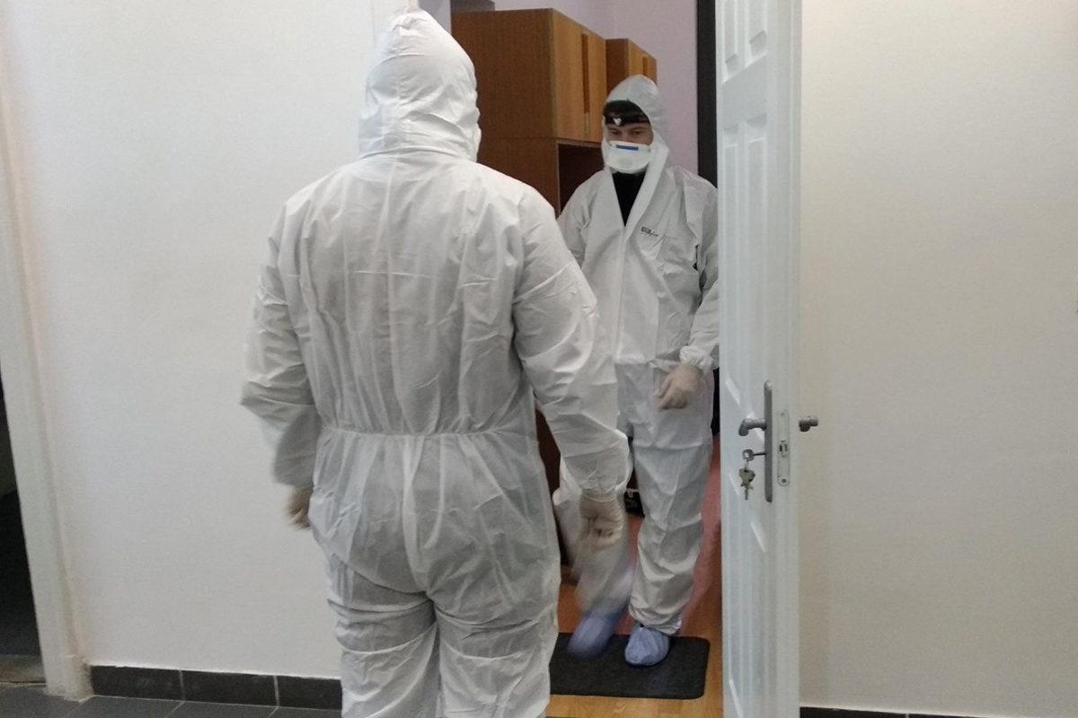 Helyszínelők dolgoznak a győri lakásban 2019. december 15-én.