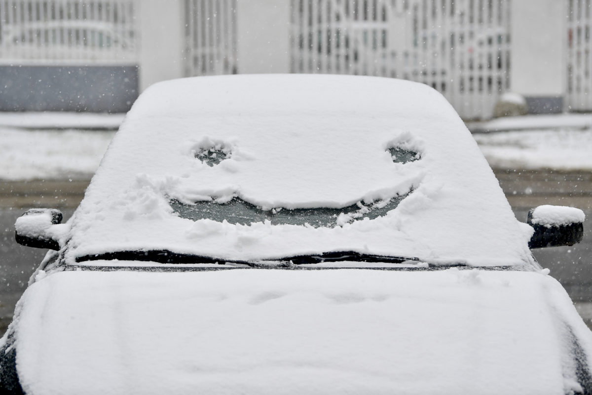 Mosolygó arc egy autó behavazott szélvédőjére rajzolva a debreceni Nagyerdőben 2019. december 2-án.