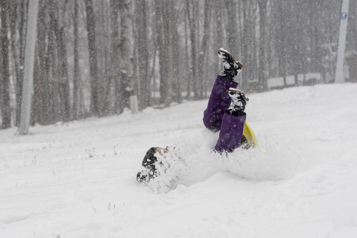 Egy kislány csúszkál a hóesésben Kékestetőn 2019. december 2-án.