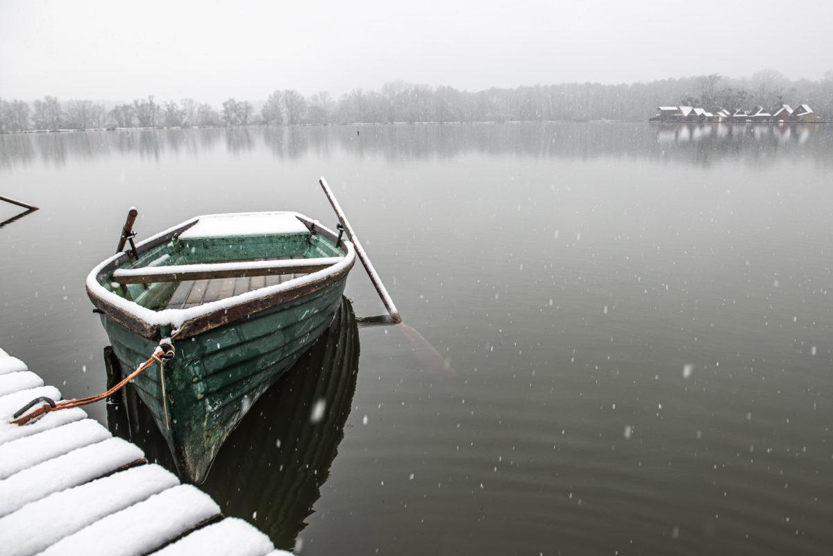 Behavazott csónak a tatai Derítő-tónál 2019. december 2-án.