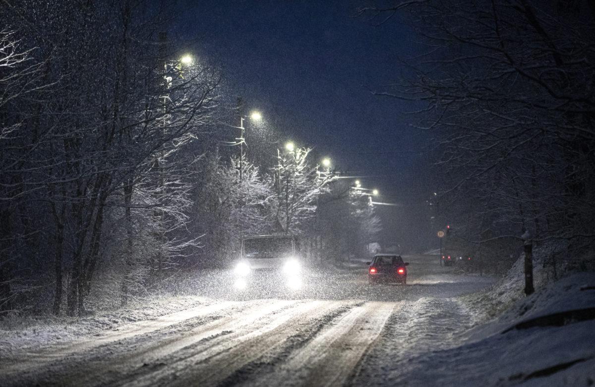 Személyautók haladnak a hóesésben Pócsmegyeren 2019. december 2-án.