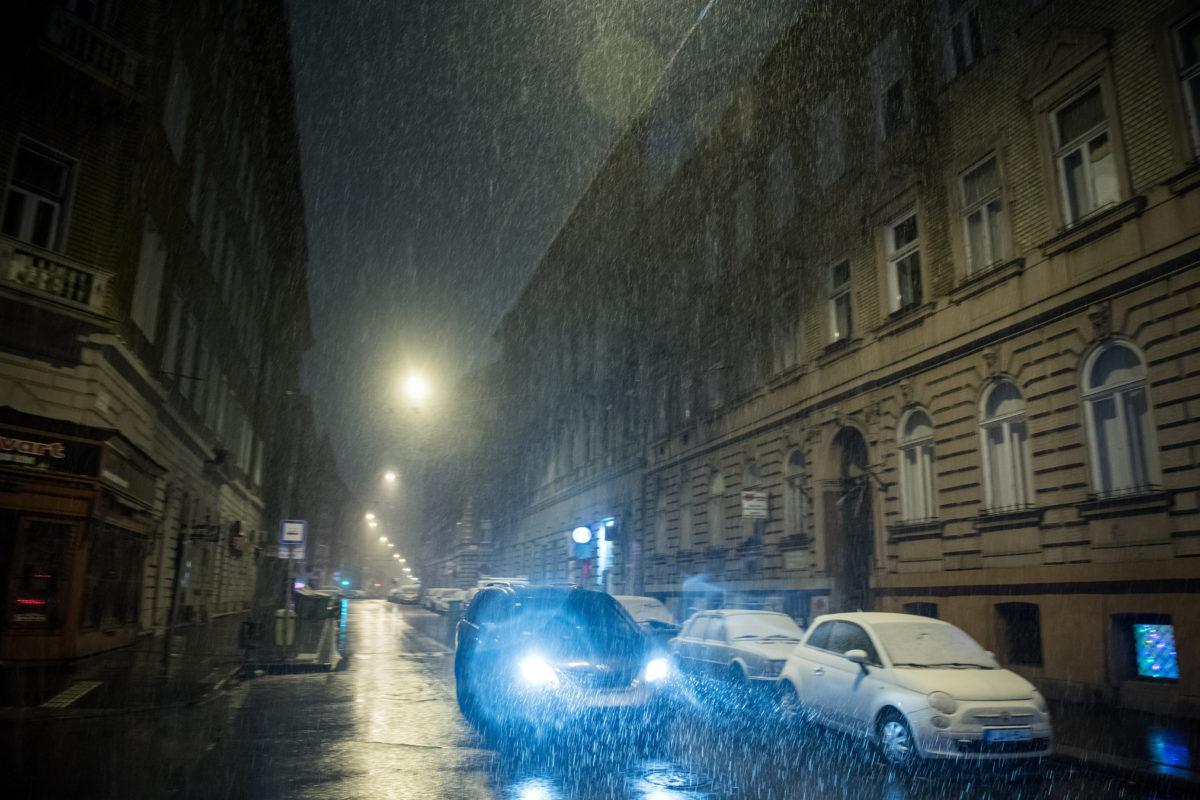 Személyautó halad a hóesésben a belvárosi Wesselényi utcában 2019. december 2-án.