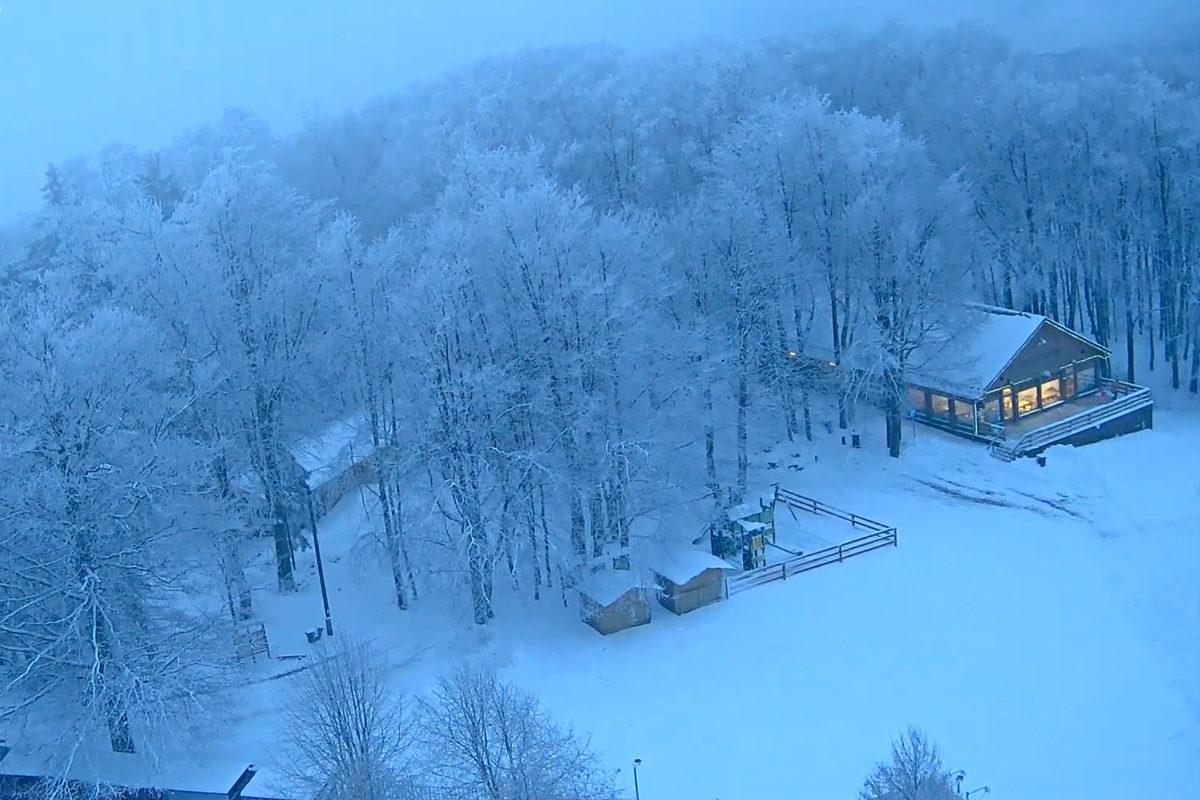 Tombol a tél a Kékesen, már 17 centis a hó