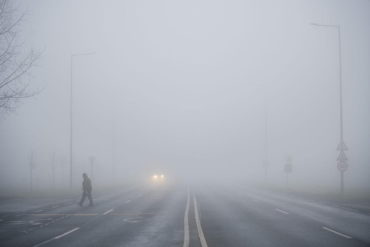 Gyalogos és autó ködben Pécsett, az 58-as úton 2019. december 8-án.