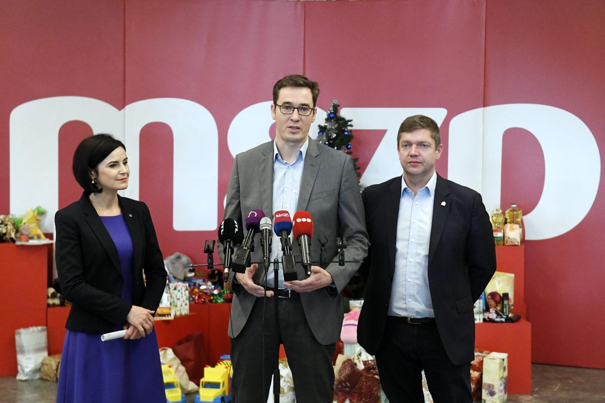 Kunhalmi Ágnes, az MSZP választmányi elnöke, Karácsony Gergely főpolgármester (k) és Tóth Bertalan, az MSZP elnöke, frakcióvezetője évzáró sajtótájékoztatót tart a Villányi úti konferenciaközpontban 2019. december 14-én.