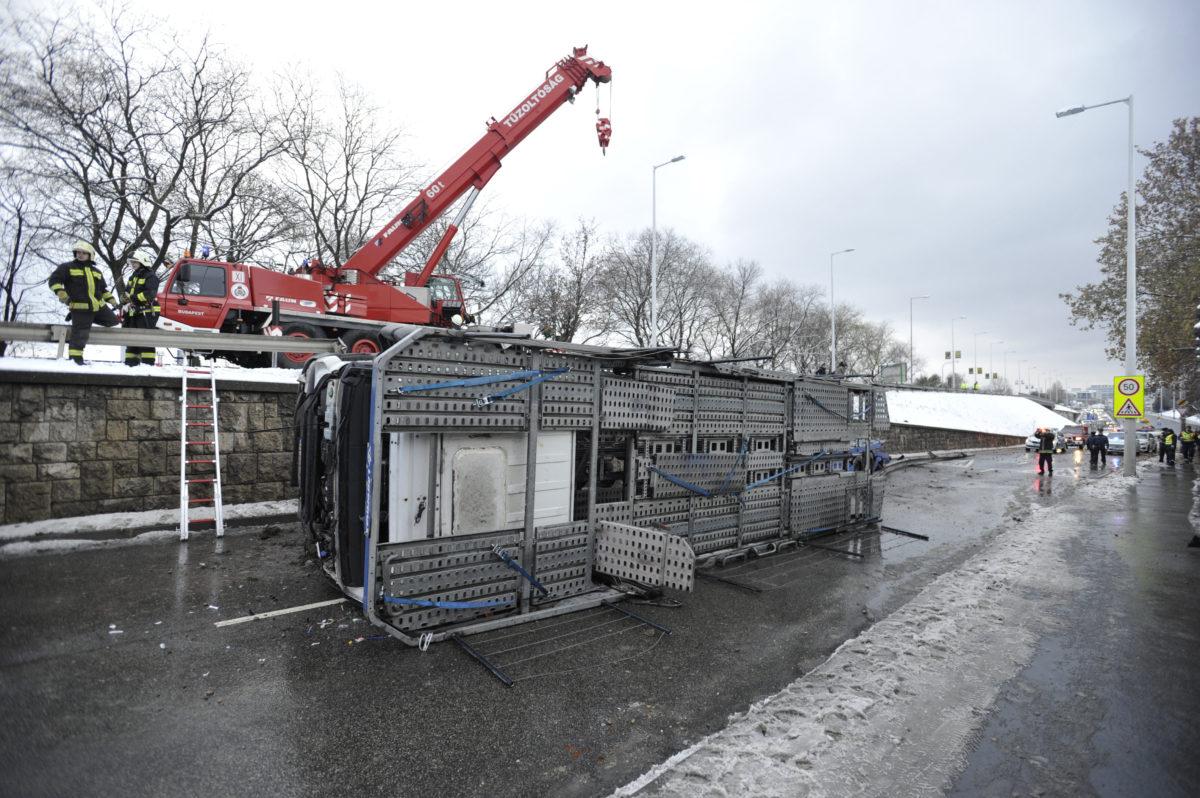 Sérült tehergépkocsi, miután átszakította a szalagkorlátot és lezuhant Nagyszőlős utcai felüljáróról a Budaörsi útra 2019. december 2-án. A balesetben az autó vezetője megsérült.