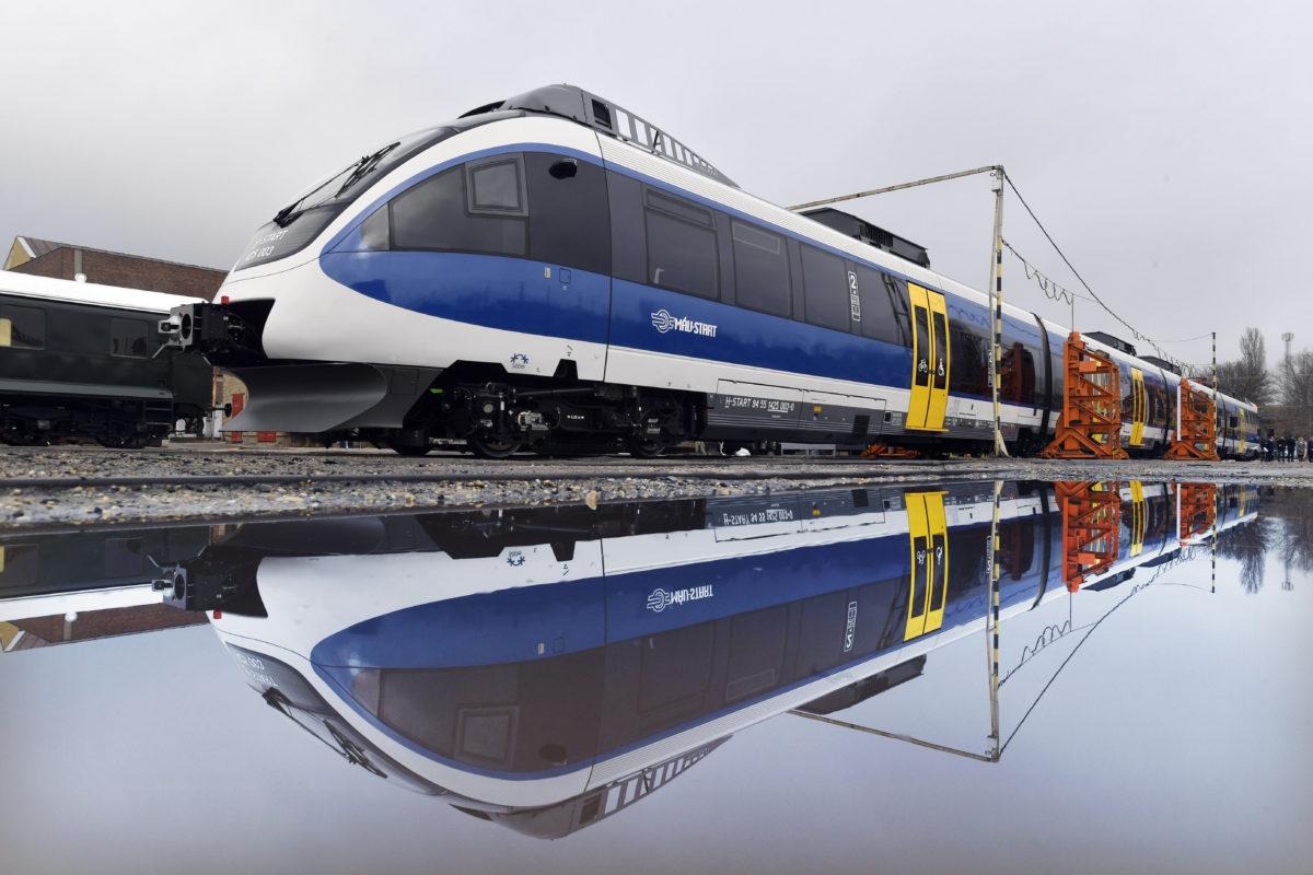 A Győr-Hegyeshalom vasútvonalon októberben forgalomba állított, elsőként felújított és új arculattal ellátott Talent motorvonat a székesfehérvári MÁV Vagon Vasúti Jármű Gyártó és Javító Kft. telephelyén tartott bemutatón 2019. november 29-én.
