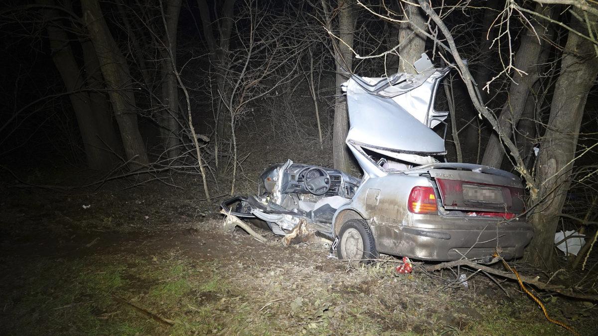 Fának csapódott személygépkocsi a Jász-Nagykun-Szolnok megyei Nagyrév közelében 2019. december 18-án. A balesetben az autó vezetője meghalt.