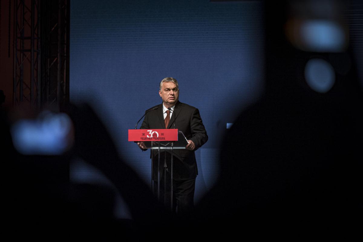 """Temesvár, 2019. december 14. A Miniszterelnöki Sajtóiroda által közreadott képen Orbán Viktor miniszterelnök beszédet mond a ,,Temesvár 30"""" emlékhét gálaestjén Temesváron 2019. december 14-én."""