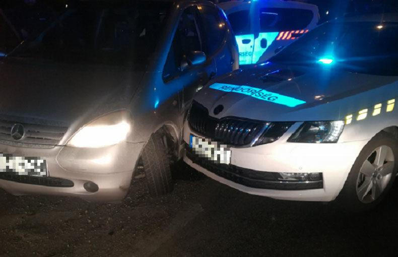 A román nő gépkocsija, miután egy rendőrautó végül megállította.