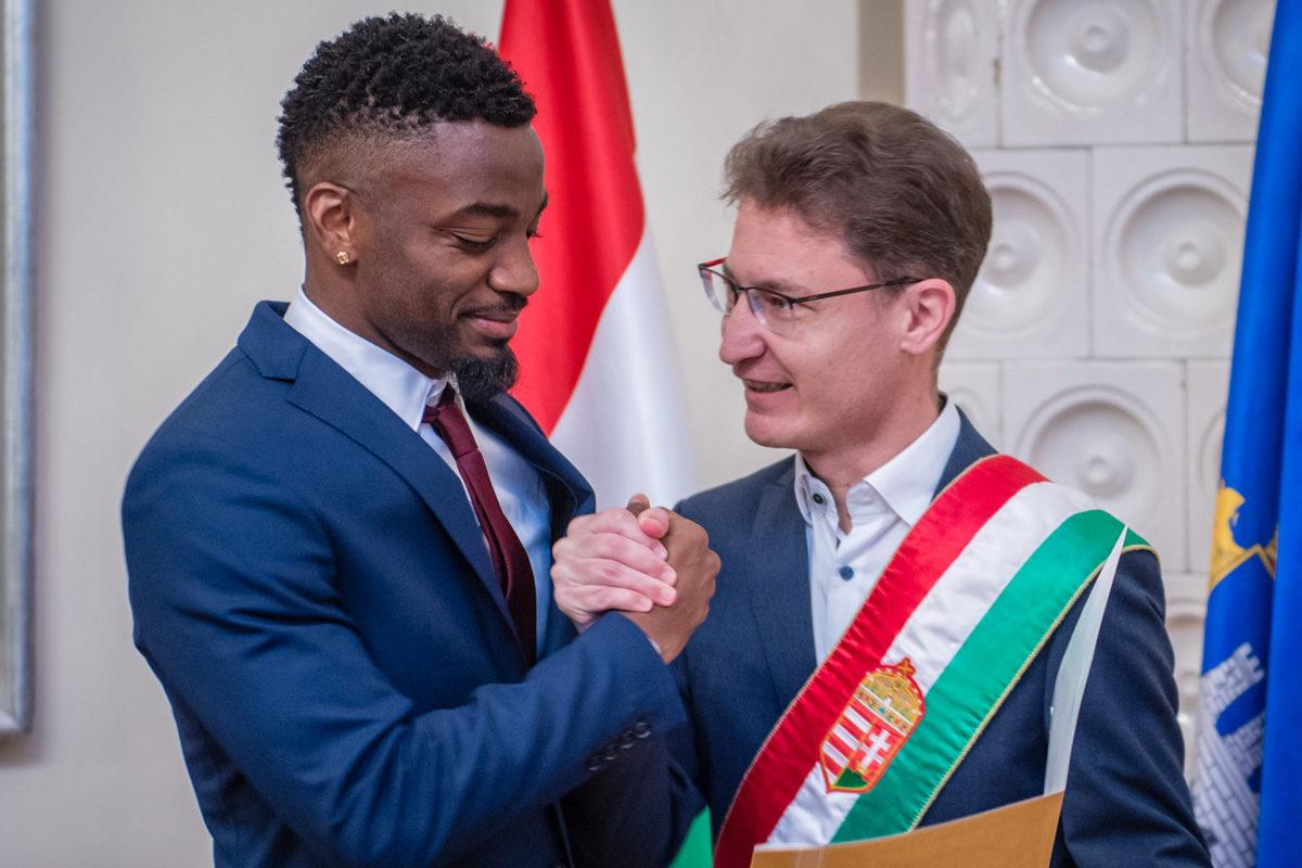 Ianique dos Santos Tavares magyar állampolgár és Cser-Palkovics András, Székesfehérvár polgármestere 2019. december 9-én.