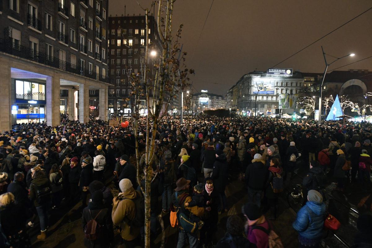 A Szabad ország, szabad város, szabad művészet címmel, a szabad színházakért, a kultúra függetlenségéért tartott demonstráció résztvevői a belvárosi Madách téren 2019. december 9-én.