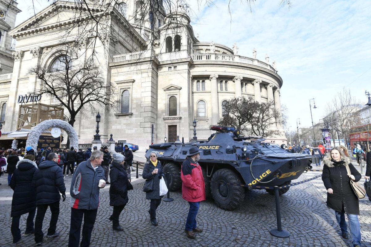 A Terrorelhárítási Központ páncélozott szállító harcjárműve a Szent István téri adventi és karácsonyi vásár közelében 2019. december 15-én.