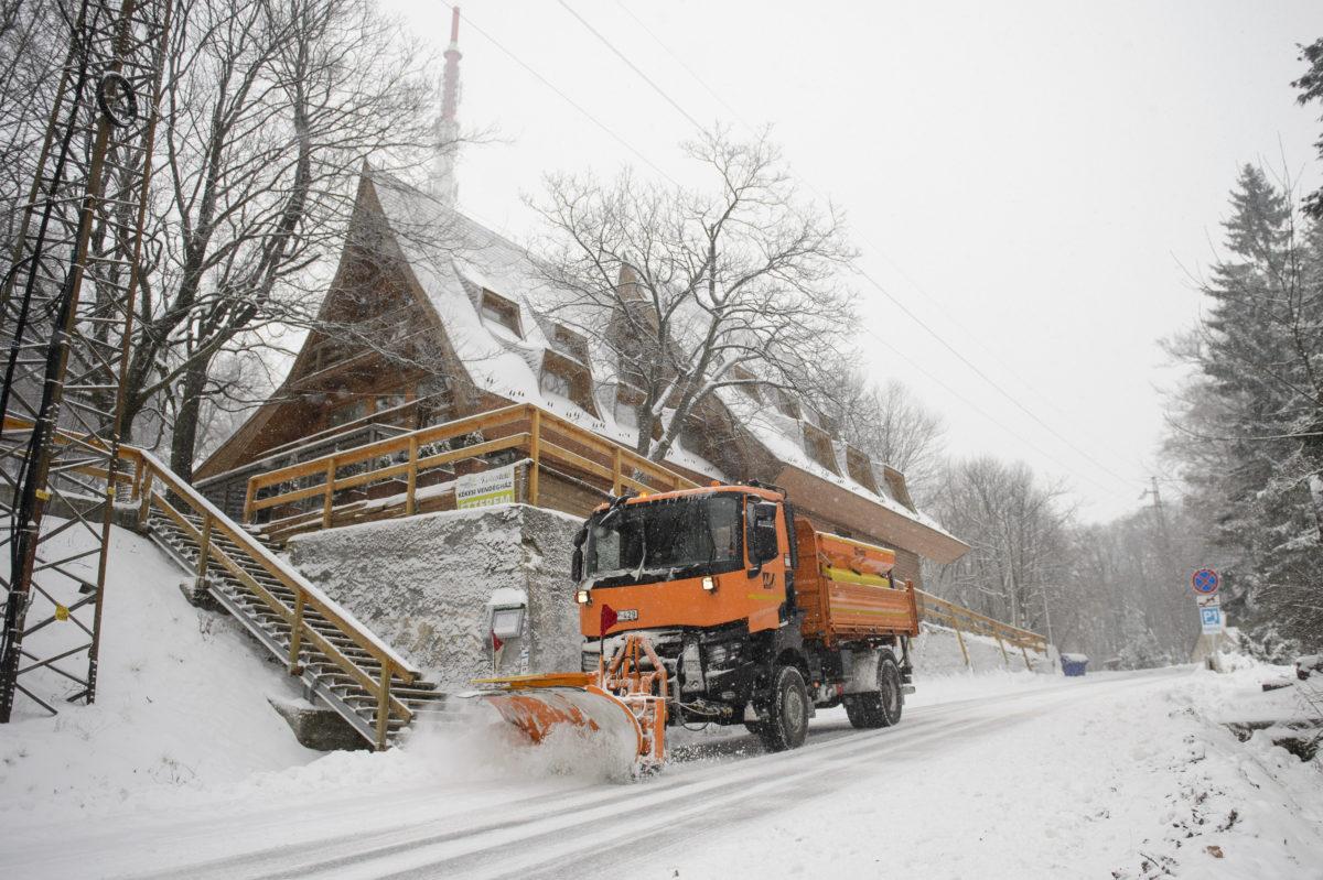 Tolólapos teherautó halad a hóesésben Kékestetőn 2019. december 2-án.