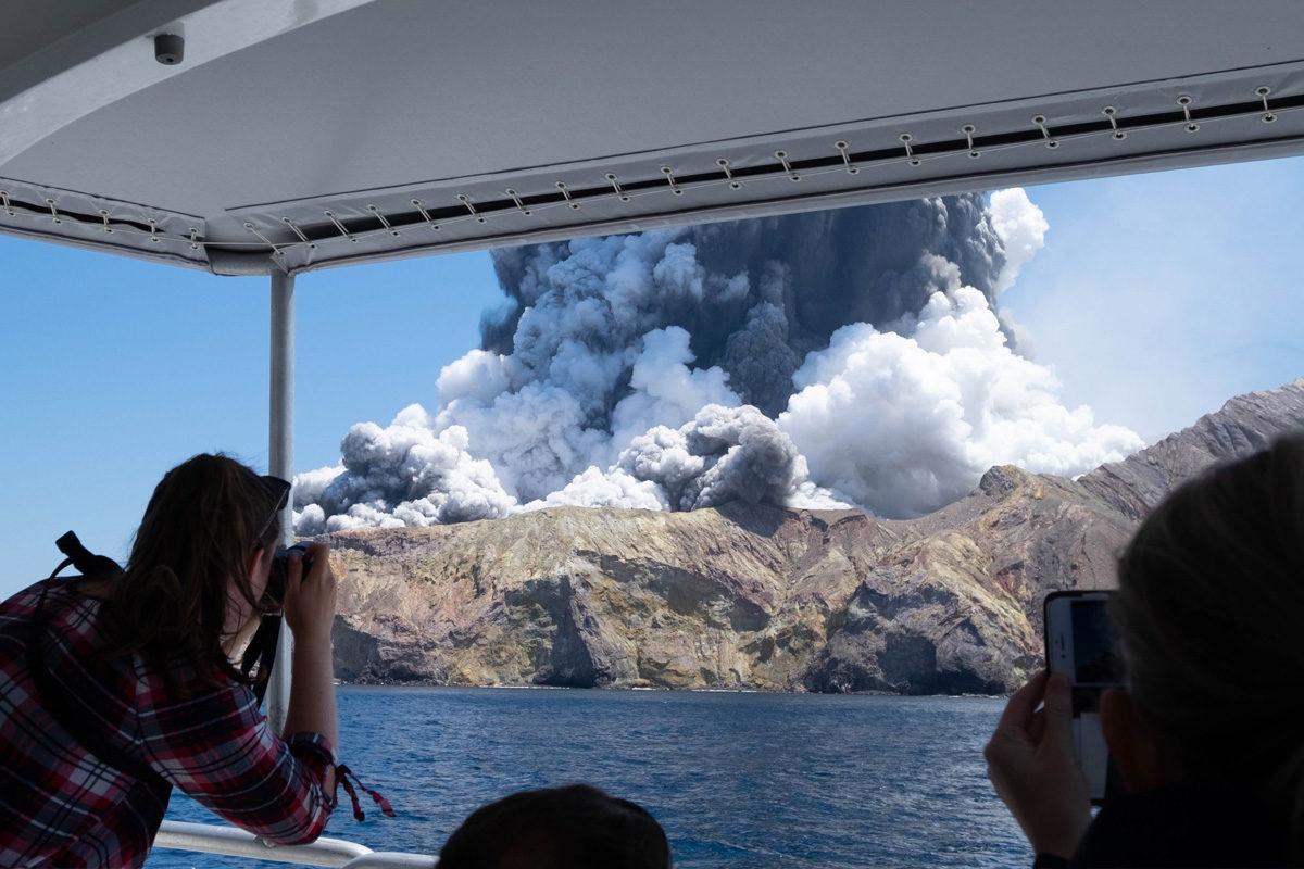 A fehér-szigeti vulkán percekkel a kitörés után.