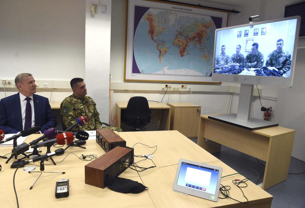 Benkő Tibor honvédelmi miniszter (b) és Böröndi Gábor altábornagy, a Honvéd Vezérkar főnökhelyettese az iraki magyar kontingens helyzetéről tartott sajtótájékoztatón a Honvédelmi Minisztériumban 2020. január 9-én.