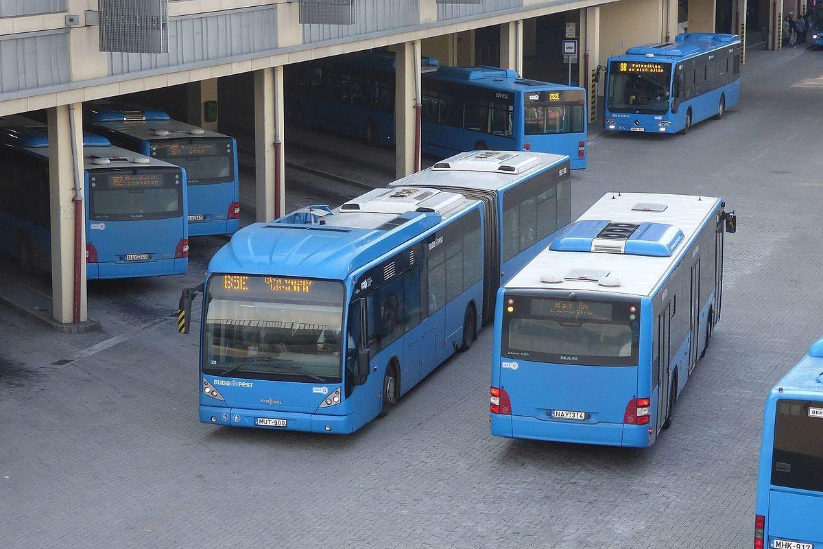 Egy 85E jelzésű Van Hool newAG300-as és egy MAN A21 Lion's City busz Kőbánya-Kispesten.