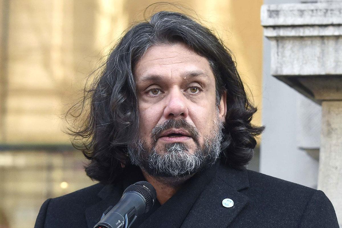 Deutsch Tamás, az MTK Budapest elnöke, a Fidesz-KDNP EP-képviselője beszédet mond az MTK mártírhalált halt korszakos elnöke, Brüll Alfréd sportmecénás és sportvezető botlatókövének elhelyezésén az Andrássy út 9. szám előtt 2019. december 10-én.