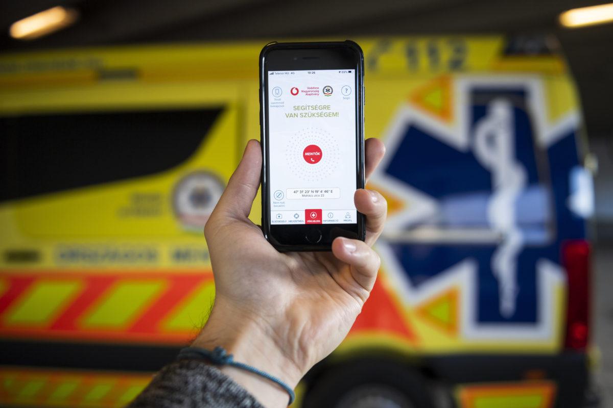 A mentők munkáját segítő ÉletMentő elnevezésű applikáció egy okostelefonon az alkalmazás bemutatóján Budapesten, az Országos Mentőszolgálat mentésirányító központjában 2020. január 23-án.