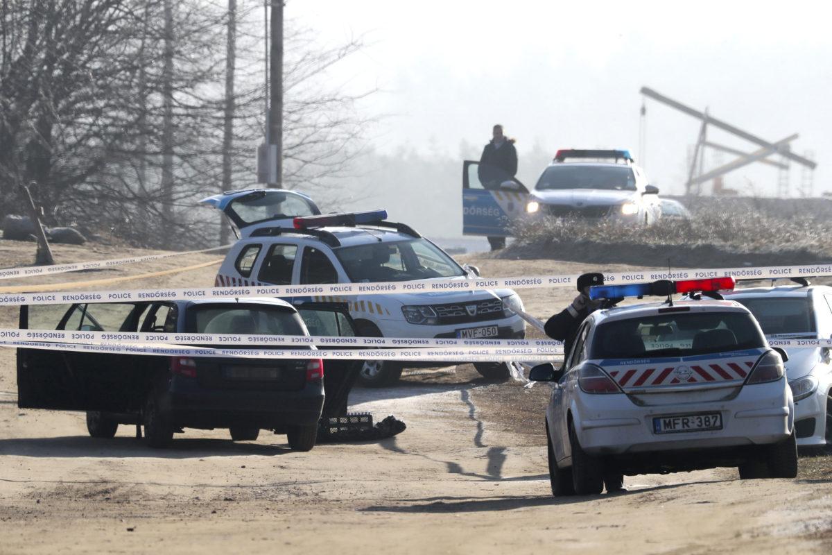 Bűnügyi helyszínelés 2020. január 23-án Erdőkertesen, ahol egy bűnügyi felügyelet alatt álló férfi késsel megsebesített két rendőrt.