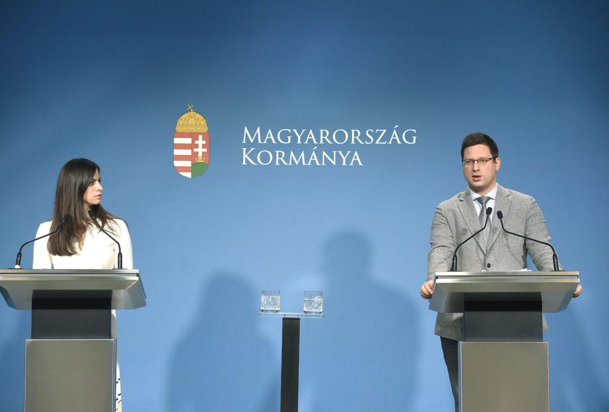Gulyás Gergely, a Miniszterelnökséget vezető miniszter és Szentkirályi Alexandra kormányszóvívő a Kormányinfó sajtótájékoztatón a Miniszterelnöki Kabinetiroda Garibaldi utcai sajtótermében 2020. január 30-án.