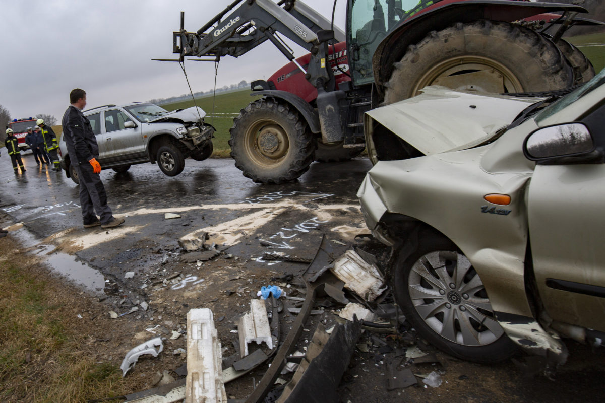 Ütközésben összetört személygépkocsik Tapsony külterületén, a 6803-as számú út első kilométerszelvényében 2020. január 20-án.