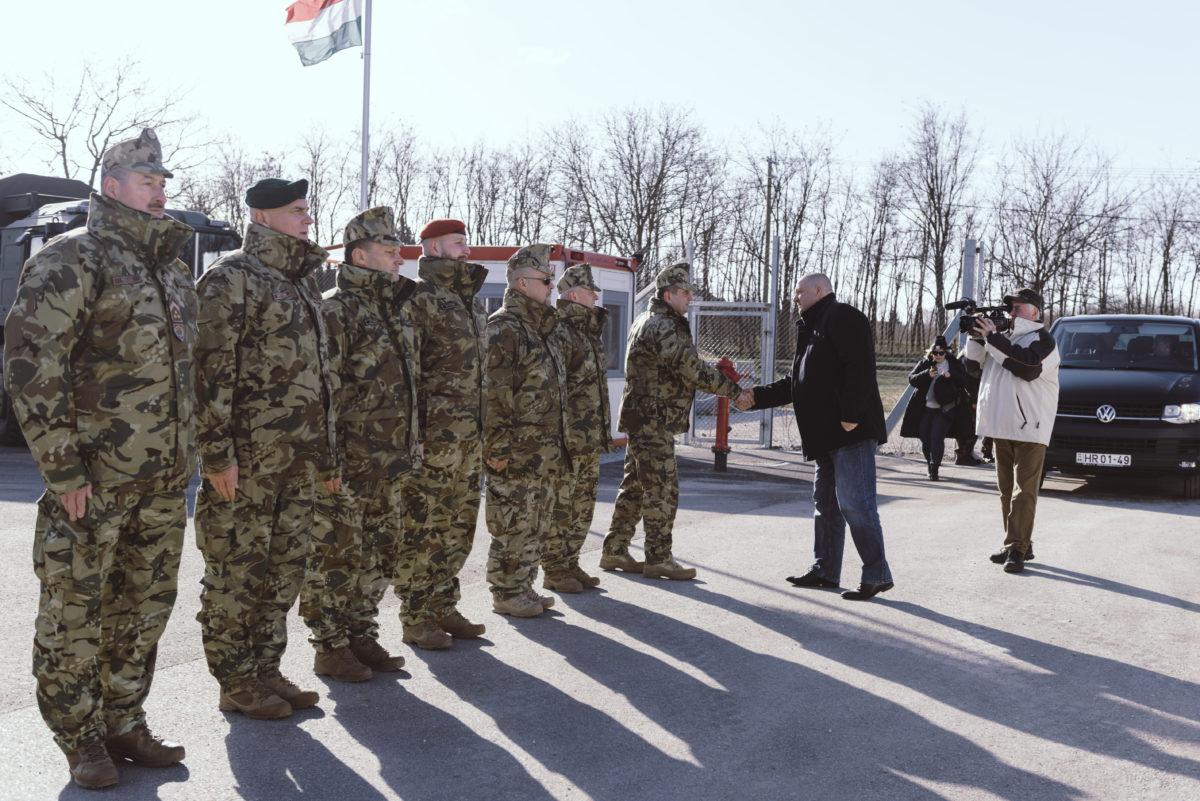 Németh Szilárd, a Honvédelmi Minisztérium parlamenti államtitkára (j3) és Böröndi Gábor altábornagy, a Magyar Honvédség parancsnokhelyettese kezet fog a Bács-Kiskun megyei madarasi határvédelmi bázisnál tartott sajtótájékoztató előtt 2020. január 5-én.