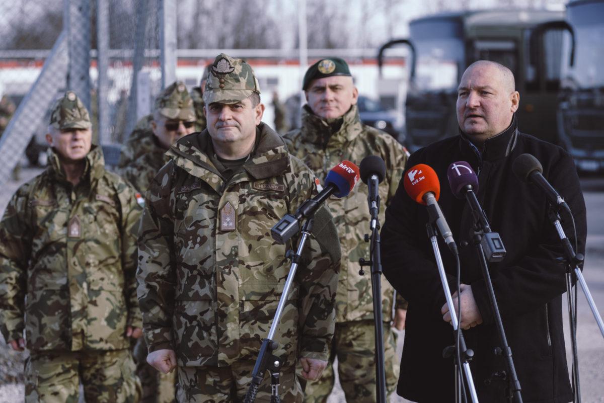 Németh Szilárd, a Honvédelmi Minisztérium parlamenti államtitkára (j) beszél, mellette Böröndi Gábor altábornagy, a Magyar Honvédség parancsnokhelyettese a Bács-Kiskun megyei madarasi határvédelmi bázisnál tartott sajtótájékoztatón 2020. január 5-én.