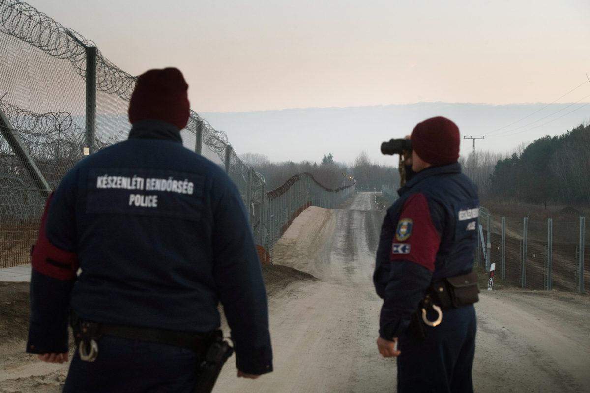 Rendőrök teljesítenek járőrszolgálatot a műszaki határzárnál, Tompa határában 2019. december 31-én szilveszterkor. Az ország déli részén két éve elkészült határzárat folyamatosan, a nap 24 órájában ellenőrzik rendőrök és katonák.
