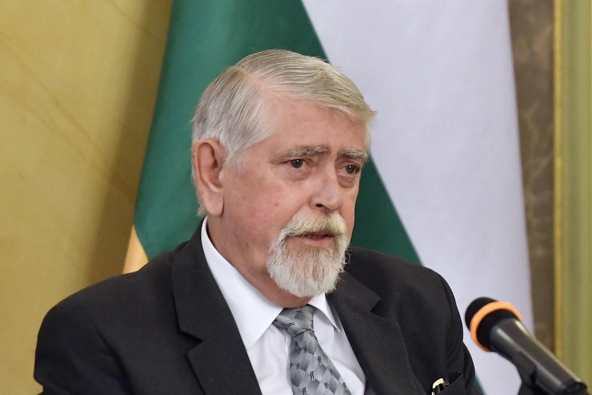 Kásler Miklós, az emberi erőforrások minisztere és Szlávik János, a Dél-pesti Centrumkórház- Országos Hematológiai és Infektológiai Intézet osztályvezető főorvosa (b-j) az Emberi Erőforrások Minisztériumában tartott sajtótájékoztatón 2020. január 28-án.