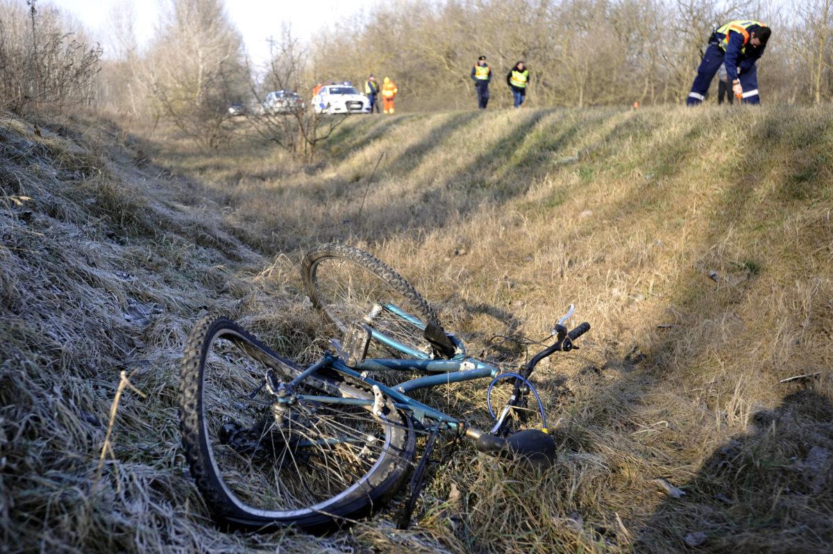 Összeroncsolódott kerékpár 2020. január 8-án Hernád külterületén, a 46109-es úton, ahol egy autós halálra gázolt egy biciklist.