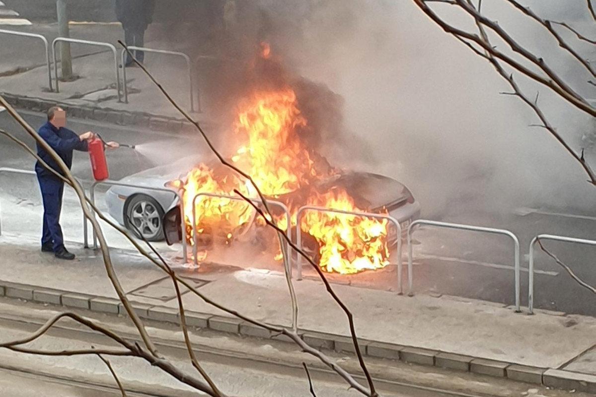 A lángoló Porsche Budapesten, az Orczy út és Elnök utca sarkán.