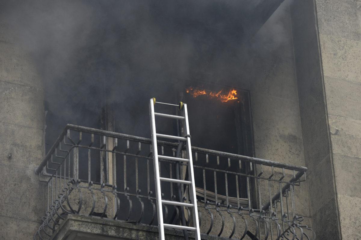 Füst gomolyog egy kigyulladt és teljes terjedelmében égő lakásból Budapest belvárosában, a IX. kerületi Lónyay utcában 2020. január 16-án. Egy embert az erkélyről mentettek ki a tűzoltók, majd átadták a mentőszolgálat munkatársainak.