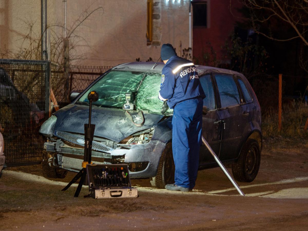 Összeroncsolódott személyautó mellett helyszínel egy rendőr Kiskunmajsán 2020. január 1-jére virradóan.
