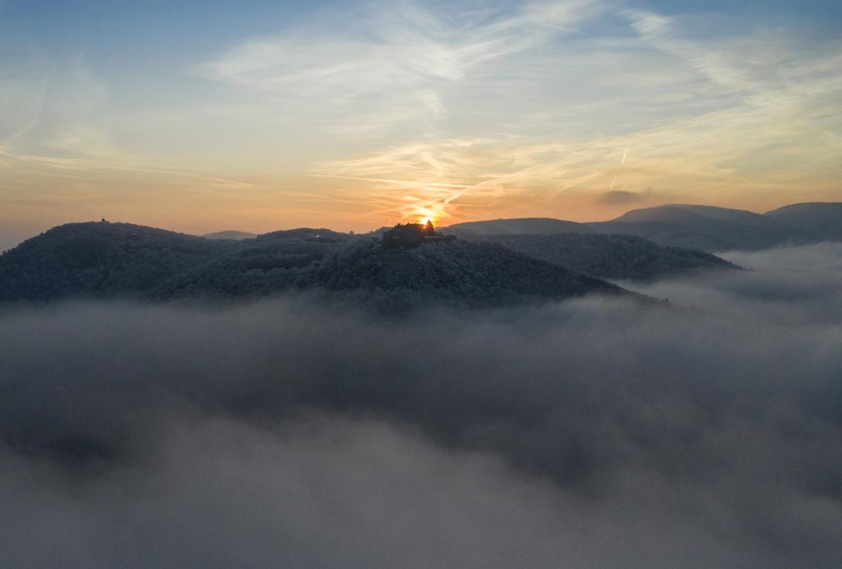 Zúzmara borítja a visegrádi Fellegvárat körülvevő erdő fáit a ködös időben 2020. január 17-én napkeltekor.